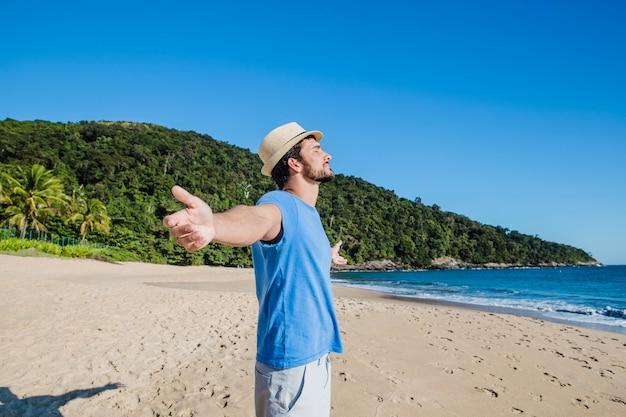 Man die van het strand geniet