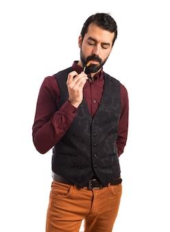 Man die vest met roken draagt