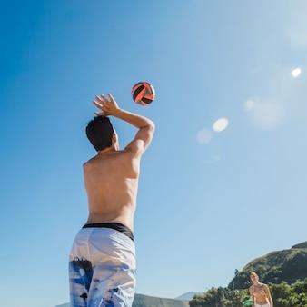 Man die volleyball serveert
