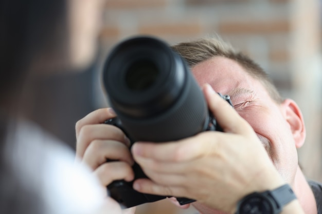 Man die vrouw fotografeert die zwart professioneel cameraberoep van fotograafconcept gebruikt