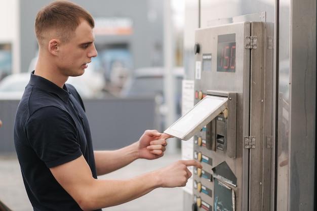 Man die zelf autowassen gebruikt. man zet de knop op de machine.