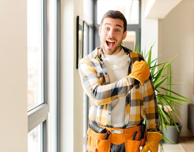 Man die zich gelukkig, positief en succesvol voelt, gemotiveerd wanneer hij voor een uitdaging staat of goede resultaten viert