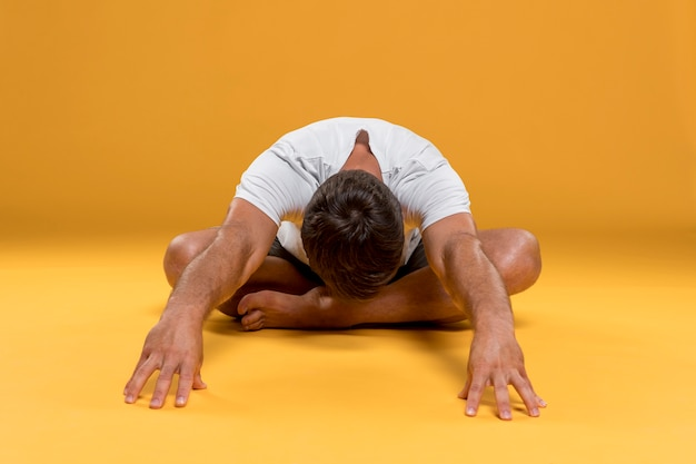 Man die zich uitstrekt in yoga pose