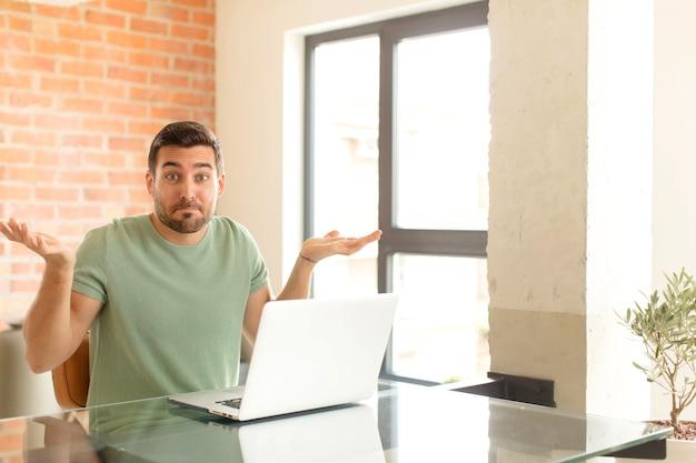 Man die zich verward en verward voelt, twijfelt, weegt of verschillende opties kiest met grappige uitdrukking