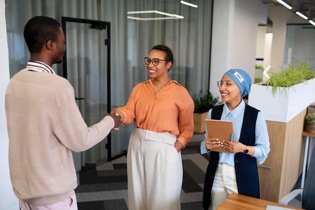 Man die zichzelf voorstelt aan werkgevers tijdens het sollicitatiegesprek op kantoor