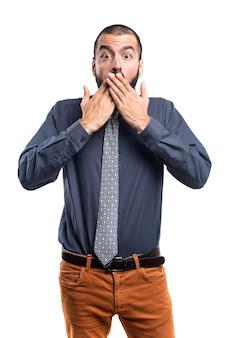 Man die zijn mond bedekt