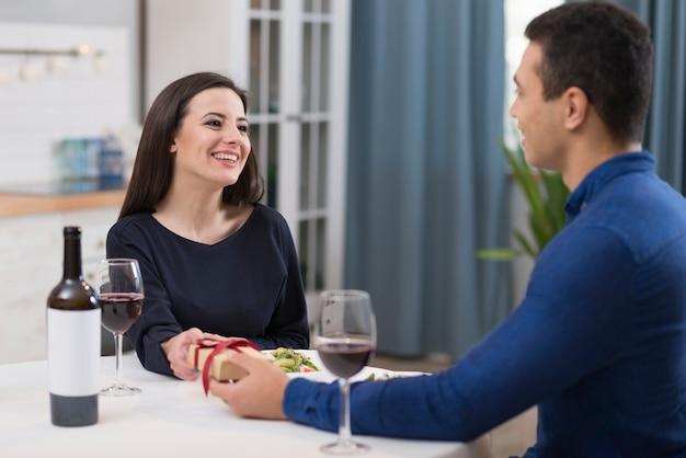 Man die zijn vriendin een geschenk geeft voor valentijnsdag
