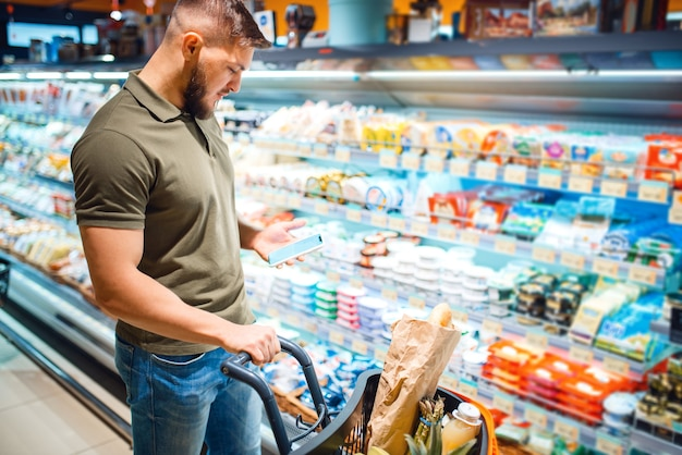 Man die zuivelproducten kiest in de supermarkt