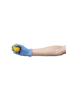 Man dient de blauwe citroen van de handschoenholding in. fruit in palm wordt op wit wordt geïsoleerd gehouden dat