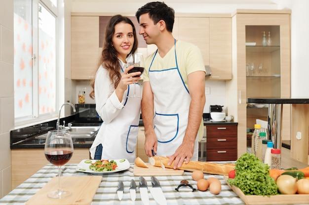 Man diner koken voor vrouw