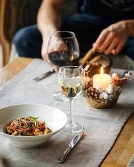 Man dineren met gastronomische gerechten zittend op de bank
