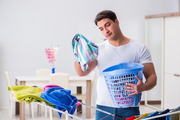Man doet de was thuis