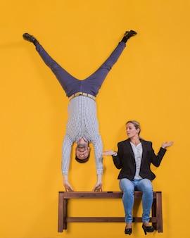 Man doet een handstand op een zwevende bank