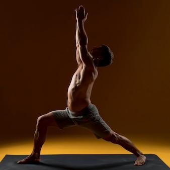 Man doet oefening op yogamat