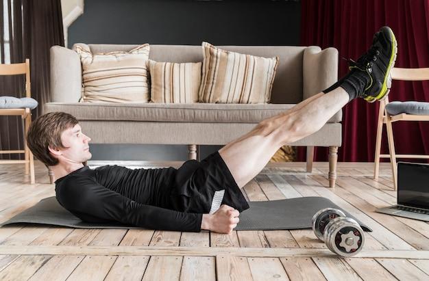 Man doet oefeningen voor benen op mat