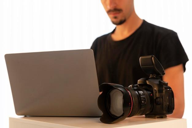 Man doet productfotografie