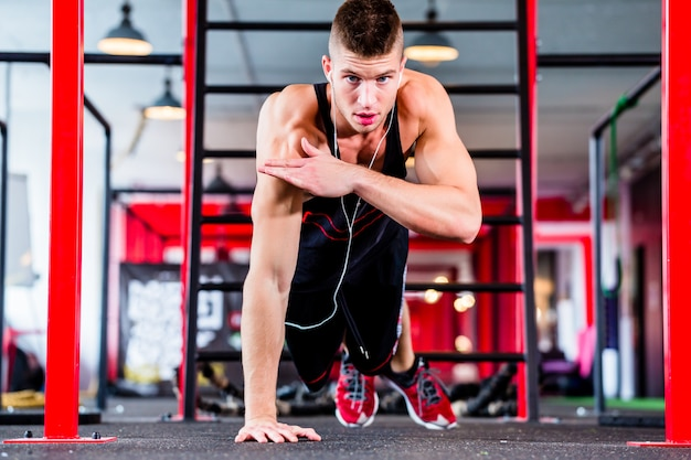 Man doet push-up in sport fitness gym