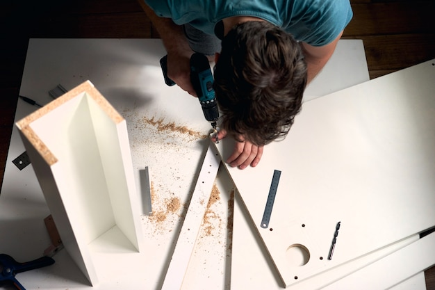 Man doet renovatiewerkzaamheden thuis, het meten van een houten stuk
