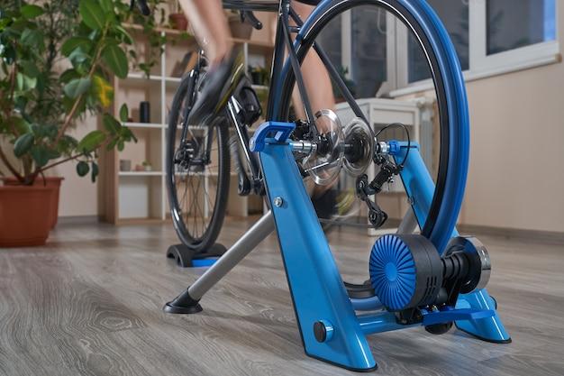 Man doet thuis training op een fietstrainer