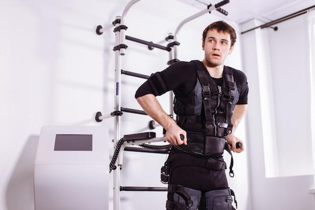 Man doet triceps dips op parallelle staven