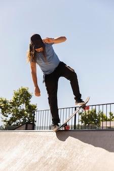 Man doet truc op skateboard