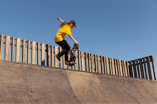 Man doet trucs op skateboard volledig schot