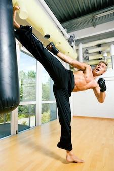 Man doet vechtsporten kick