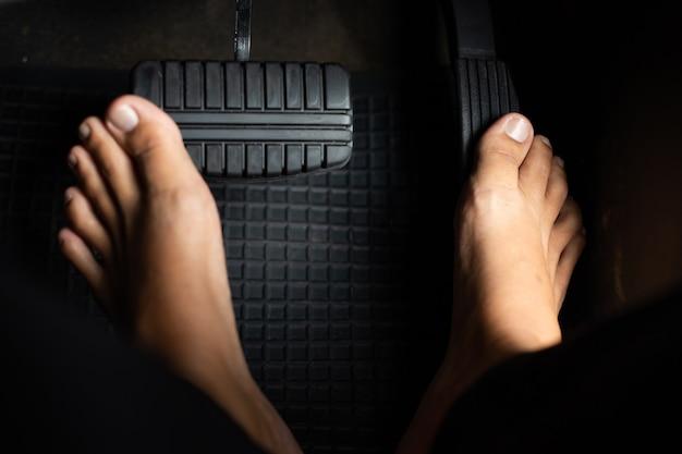 Man doet zijn schoenen uit tijdens het rijden
