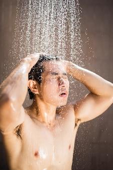 Man douche water na zwembad