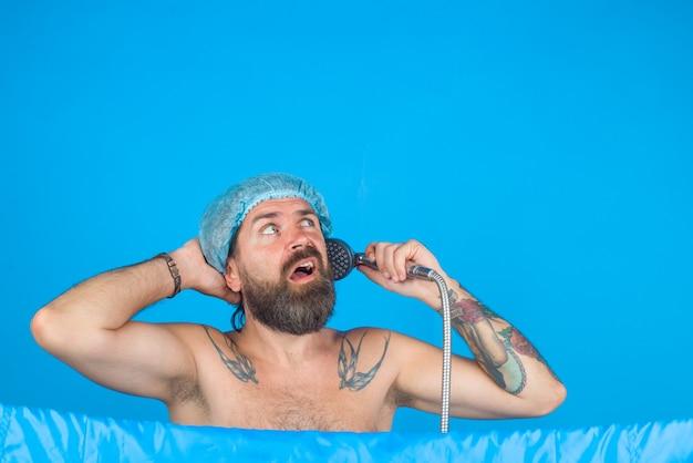 Man douchen bebaarde man douchen haarverzorging lichaam wassen bebaarde man douchen haarverzorging