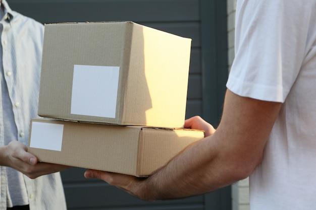 Man dozen van levering man ontvangen buiten, lege ruimte