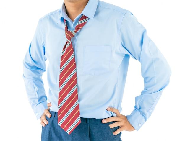 Man draag lange mouw shirt staande met akimbo met uitknippad