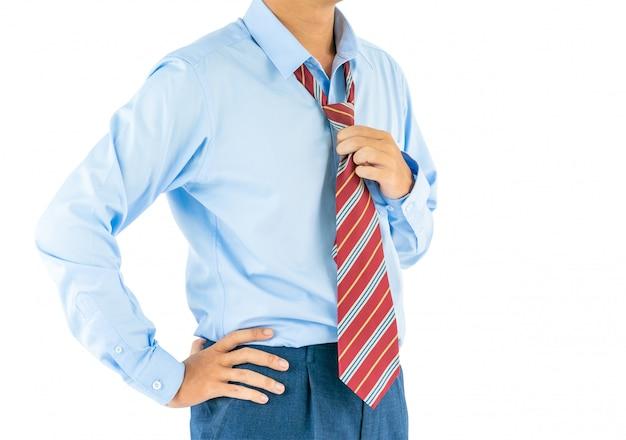Man draag lange mouw shirt staat met akimbo met uitknippad