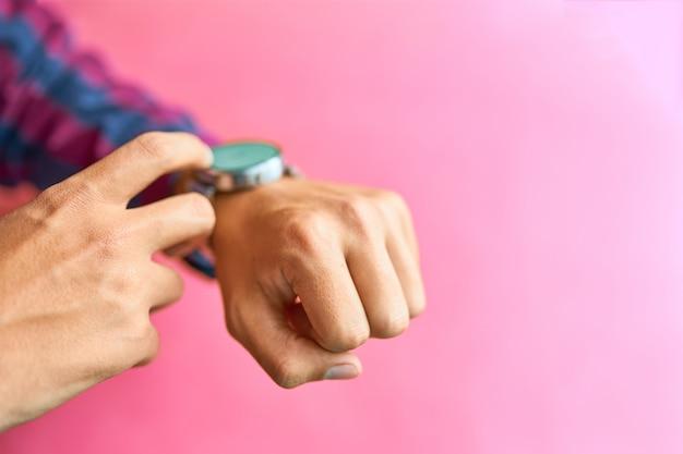 Man draag slimme horloges in de dagelijkse levensstijl