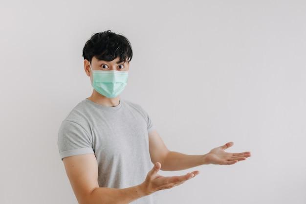 Man draagt een masker en presenteert lege ruimte voor advertenties