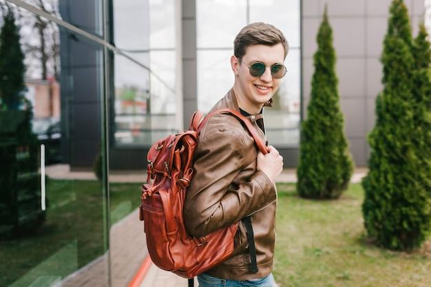 Man draagt een zonnebril model backpackers reizen reiziger vakanties in de stad.