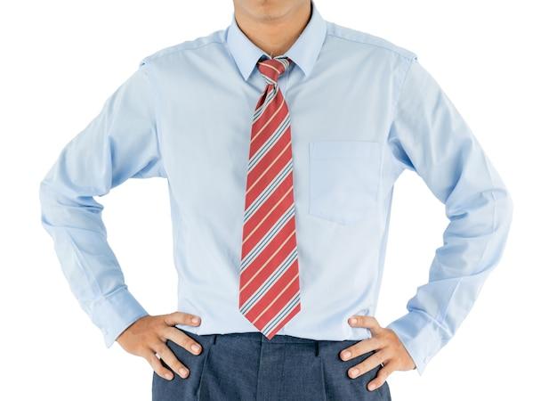 Man draagt shirt met lange mouwen staande met akimbo studio-opname geïsoleerd op een witte achtergrond
