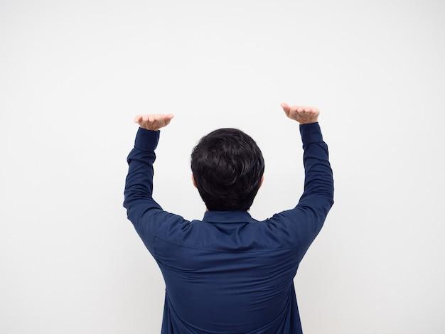 Man draai gebaar terug om iets te dragen aziatisch man gebaar draagt product op zijn hoofd witte achtergrond