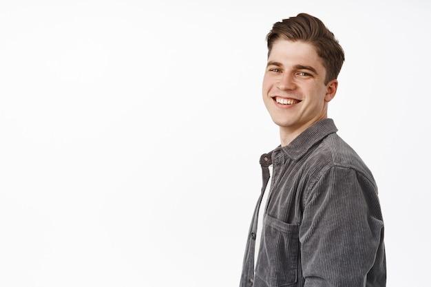 Man draai gezicht met witte glimlach, positief vrolijk gezicht, kijkend op wit