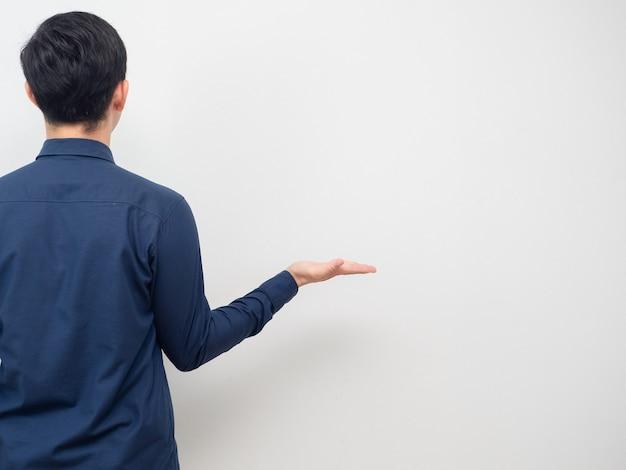 Man draai terug laat lege hand zien voor het dragen van product kopieer ruimte witte achtergrond