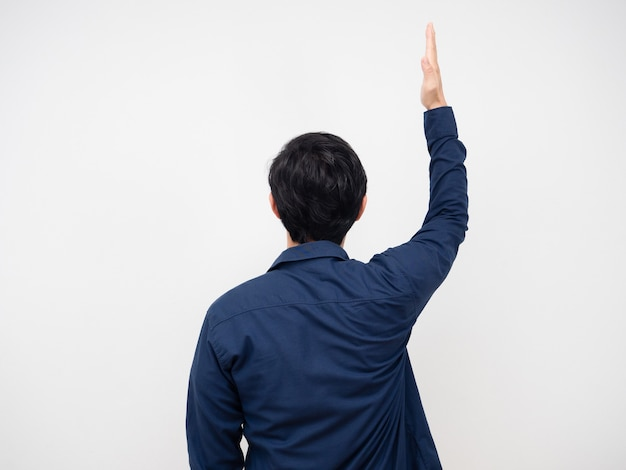 Man draai terug toon één hand omhoog portret witte achtergrond