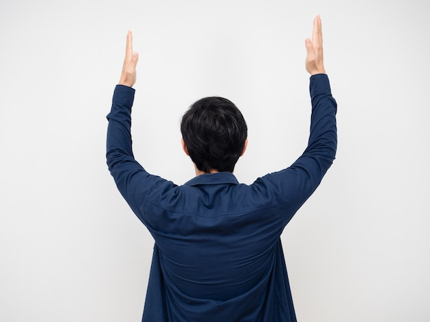 Man draai terug toon twee hand omhoog portret witte achtergrond