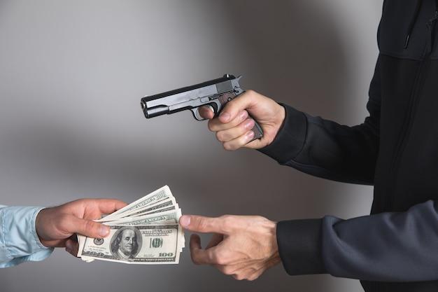 Man dreigt met een pistool en neemt geld van een zakenman