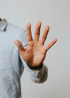 Man drukt zijn handpalm tegen een scherm
