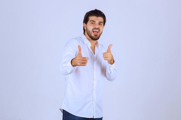 Man duim hand teken tonen.