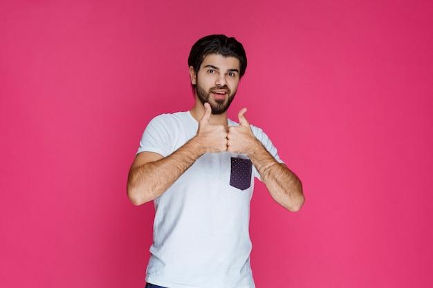 Man duim omhoog teken tonen aan iemand.