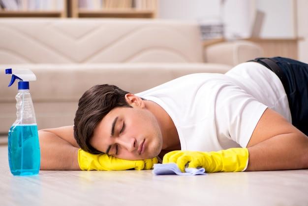Man echtgenoot die het huis schoonmaakt dat vrouw helpt