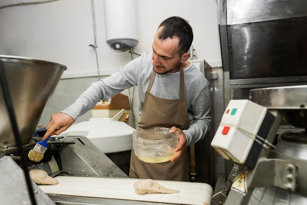 Man een vers brood bakken