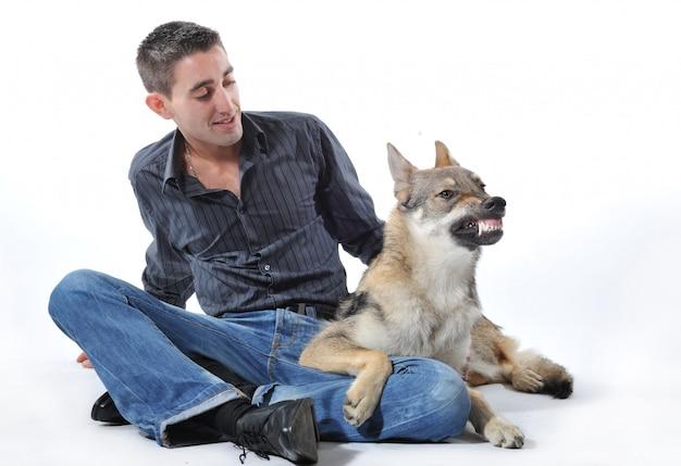 Man en boze wolf
