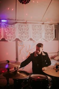 Man en drumstel